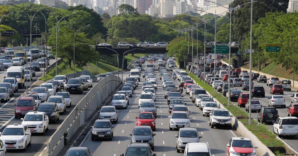 19.nov.2014 - Trânsito congestionado na avenida 23 de Maio, próximo ao parque do Ibirapuera, em São Paulo, durante o fim da tarde desta quarta-feira, véspera de feriado do Dia da Consciência Negra