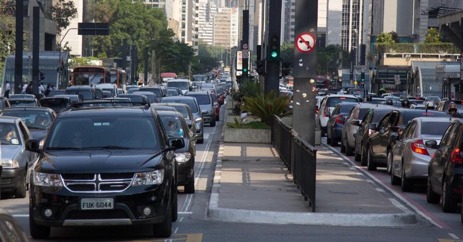 19.nov.2014 - Trânsito fica intenso na avenida Paulista, em São Paulo (SP), nesta quarta-feira (19), devido ao feriado prolongado do dia da Consciência Negra