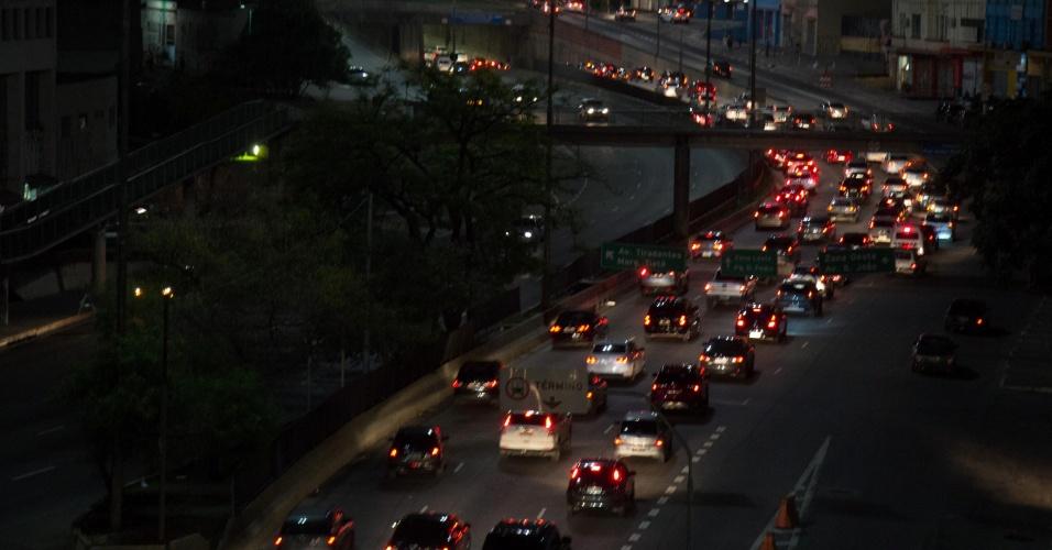 19.nov.2014 - Trânsito intenso na avenida Prestes Maia, que liga o centro com a zona norte de São Paulo, na noite desta quarta-feira, devido ao feriado prolongado do Dia da Consciência Negra