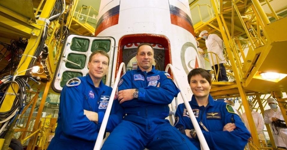19.nov.2014 - O astronauta da Nasa (agência espacial americana) Terry Virts, o cosmonauta russo Anton Shkaplerov e astronauta italiana da ESA (agência espacial europeia) Samantha Cristoforetti posam em frente da nave Soyuz no cosmódromo de Baikonur, na Rússia. Os membros da tripulação espacial irão decolar até a Estação Espacial Internacional (ISS) no dia 23 de novembro