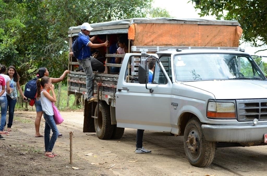 Estudantes pulam para descer de pau-de-arara, que chega a levar 40 crianças e adolescentes por viagem