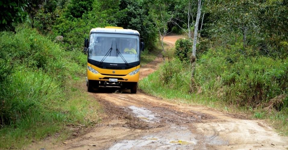 Ônibus escolares só pegam estudantes quando eles cruzam, de pau-de-arara, a parte mais esburacada da estrada em União dos Palmares (AL)