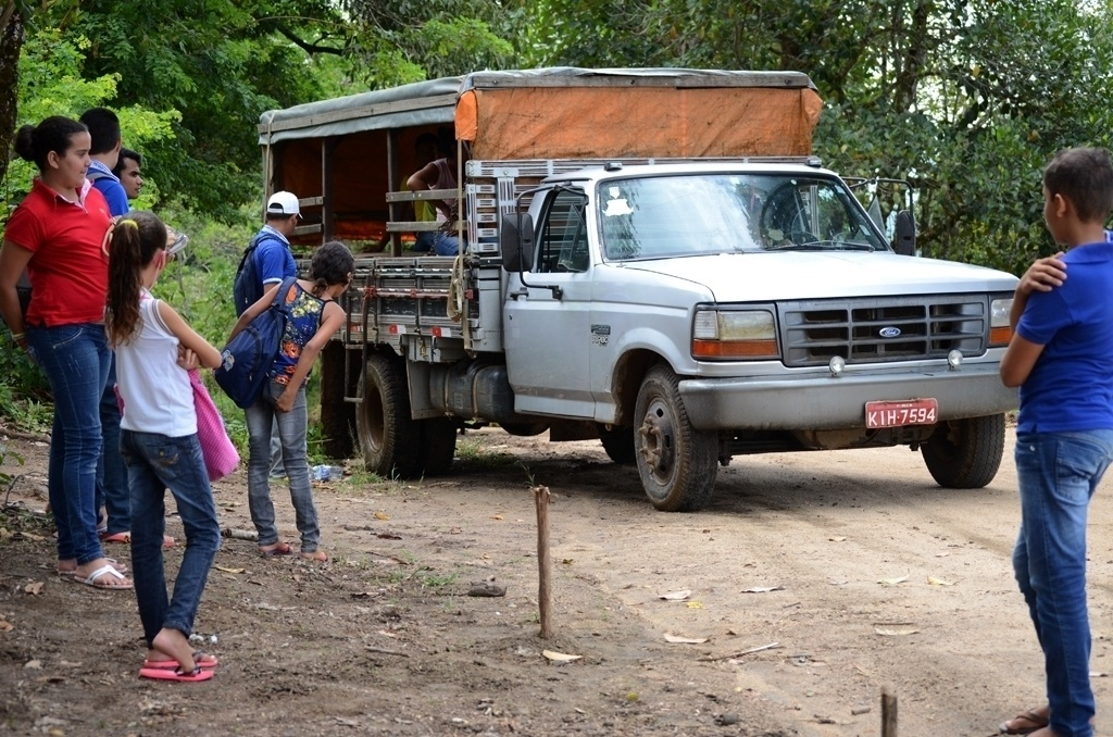Pau-de-arara leva estudantes da Serra da Barriga ao sítio Recanto. Trecho percorrido por veículo é de 18 km por dia
