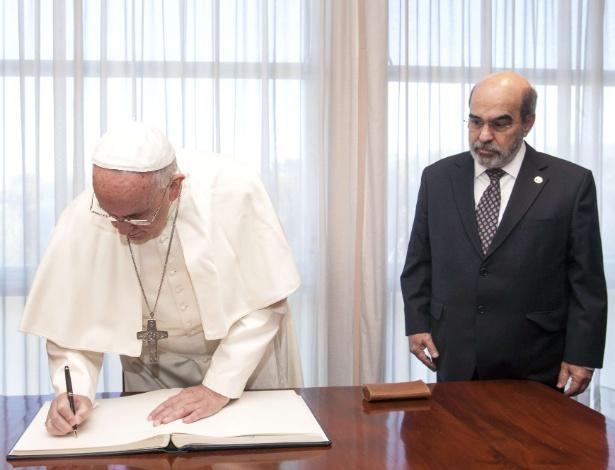 O papa Francisco assinou, nesta quinta-feira (20), o 'Livro de Ouro' da FAO (Organização das Nações Unidas para Alimentação e Agricultura) após a 2ª Conferência Internacional sobre Nutrição, organizada pelo órgão. Ele foi acompanhado pelo diretor-geral da FAO, José Graziano