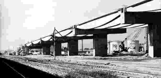 A ponte Rio-Niterói em construção em 1972 - Folhapress