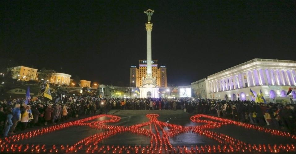 21.nov.2014 - O símbolo nacional da Ucrânia foi montado com velas na praça da Independência, em Kiev, capital do país, nesta sexta-feira. As velas lembram o aniversário de um ano das manifestações e revoltas violentas separatistas