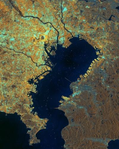 21.nov.2014 - Fotografia feita pelo satélite Sentinel-1A mostra a baía de Tóquio, no Japão. O centro de Tóquio encontra-se ao sul do rio Arakawa (que aparece surgindo no canto superior esquerdo da imagem). Esse e outros rios, como o Edo (ao norte do Arakawa) e o Tama (ao sul), podem ser vistos na foto. Na foz do rio Tama podem ser vistas as pistas do aeroporto de Haneda. Cerca de 38 milhões de pessoas vivem na Grande Tóquio, a maior metrópole do mundo
