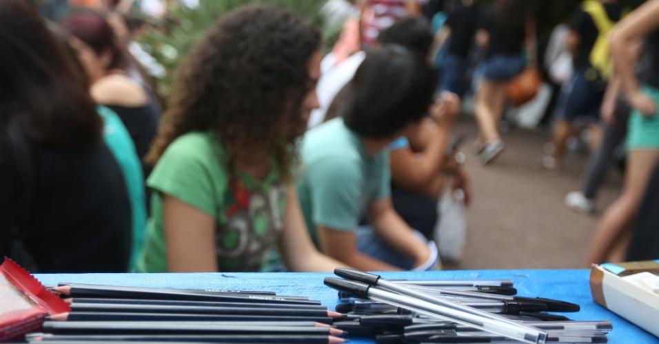 23.nov.2014 - Candidatos aguardam o início da primeira fase do vestibular 2015 da Unicamp (Universidade Estadual de Campinas) em local de prova na capital paulista. O exame terá 90 questões de múltipla escolha e será realizado das 13h às 18h