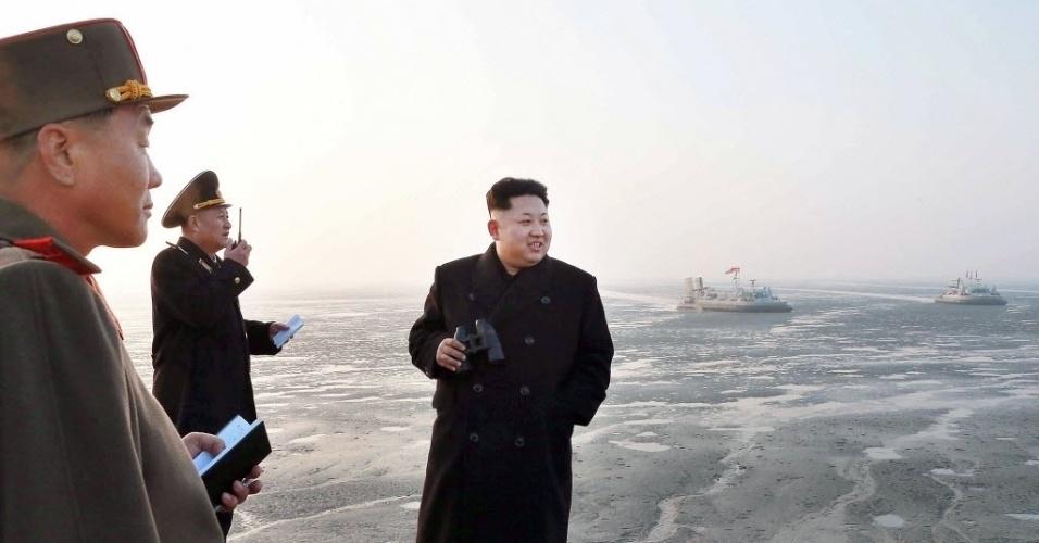 23.nov.2014 - Em foto sem data, o líder norte-coreano Kim Jong-un inspeciona navios da Marinha do país em área próxima ao mar Amarelo, que está na divisa entre as duas coreias. A Coreia do Sul realizou exercícios militares na região, mesmo após alertas de Pyongyang para que as manobras não fossem feitas