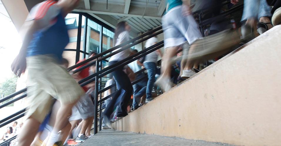 23.nov.2014 - Estudantes chegam para as provas do Enade (Exame Nacional de Desempenho de Estudantes) 2014 em local de prova na Barra Funda, em São Paulo (SP). O exame será aplicada para 483,5 mil concluintes, matriculados em 1,48 mil instituições de educação superior. Os convocados que não realizarem o exame podem ser impedidos de colar grau e de receber o diploma