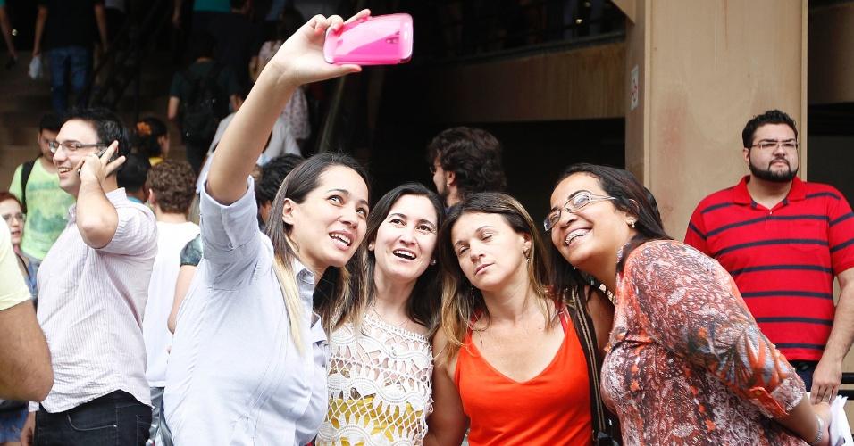 23.nov.2014 - Estudantes fazem 'selfie' antes das provas do Enade (Exame Nacional de Desempenho de Estudantes) 2014, na Barra Funda, em São Paulo (SP). O exame será aplicada para 483,5 mil concluintes, matriculados em 1,48 mil instituições de educação superior. Os convocados que não realizarem o exame podem ser impedidos de colar grau e de receber o diploma