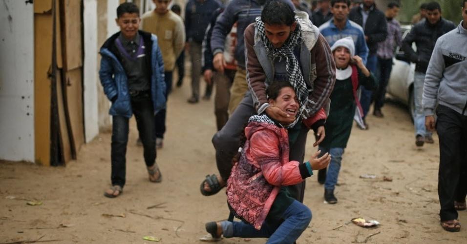 23.nov.2014 - Filhos de palestino Fadel Halawa, 32, morto após ser baleado por forças israelenses, choram durante seu funeral na Cidade de Gaza. Esta é a primeira morte de um palestino em ataque israelense na faixa de Gaza desde o estabelecimento de uma trégua no conflito de 50 dias que dizimou a região entre julho e agosto