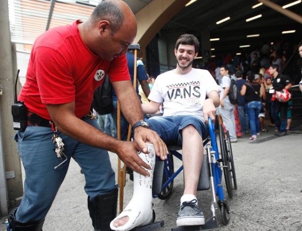 23.nov.2014 - O estudante Guilherme Kavverhaus, 21, faz o curso de análise de sistemas e quebrou o pé ontem jogando kinect, mas mesmo assim foi fazer as provas do Enade neste domingo