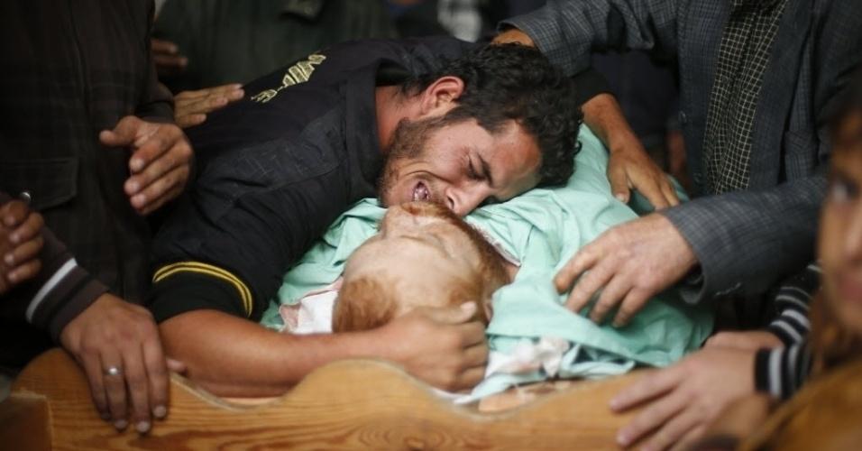 23.nov.2014 - Parente vela corpo do palestino Fadel Halawa, 32, que teria sido morto por forças israelenses na faixa de Gaza neste domingo (23), segundo autoridades palestinas. Esta seria a primeira morte após 50 dias de trégua estabelecida entre Israel e o Hamas em conflito que teve cessar-fogo em agosto