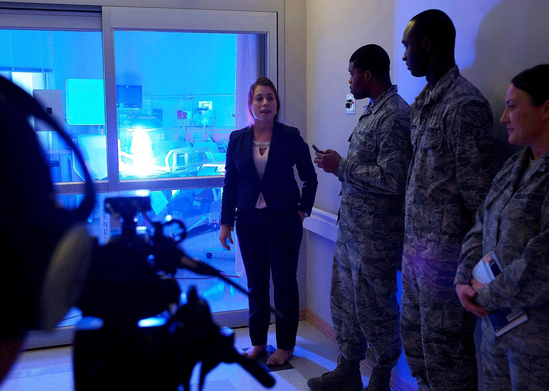 22.nov.2014 - Nesta imagem divulgada pela Força Aérea dos Estados unidos, a especialista Geri Genant (à esq.) demostra os usos do robô