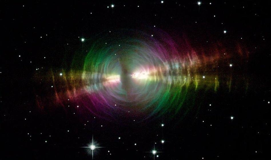 24.nov.2014 - A Nasa (Agência Espacial Americana) divulgou imagem colorida (para facilitar visualização) do registro feito pelo telescópio Hubble que mostra um farol cósmico, conhecido como a nebulosa do ovo, a cerca de 3.000 anos-luz da Terra. A nebulosa fica nesta forma quando a estrela está morrendo e seus restos quentes se iluminam brevemente ao serem expelidos e entrarem em contato com gás e poeira. A nebulosa do ovo é uma protonebulosa planetária, mas está longe de ser um planeta, recebeu esse título um pouco enganador, pois quando descobriram tais corpos no século 18 eles se assemelhavam com planetas do nosso sistema solar ao serem vistos através de telescópios