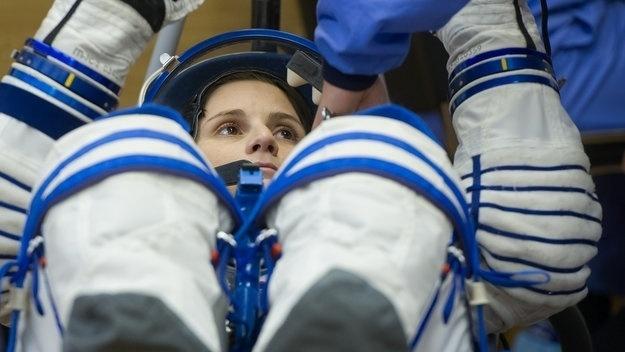 24.nov.2014 -  A primeira astronauta italiana da história, Samantha Cristoforetti, acompanhada do russo Anton Shkaplerov, e do americano Terry Virts, chegou nesta segunda-feira (24) à Estação Espacial Internacional (ISS, na sigla em inglês), de acordo com a Nasa (Agência Espacial Americana). A viagem representa uma mudança gastronômica na estação espacial, uma vez que os novos astronautas transportaram quase meio quilo de caviar e uma máquina de café