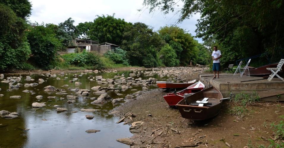 24.nov.2014 - Homem observa barcos encalhados na margem do rio Atibaia, no centro do distrito de Sousas, em Campinas (a 93 km de São Paulo), próximo ao local onde a SANASA capta 95% da água para consumo da cidade. O volume de água no Rio Atibaia continua em queda e nesta segunda-feira (24) a vazão chegou a registrar 3,36 metros cúbicos por segundo