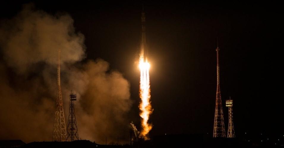 24.nov.2014 - Nave espacial Soyuz TMA-15M foi lançada no cosmódromo de Baikonur, no Cazaquistão, neste domingo (23). A nave russa com três tripulantes a bordo se acoplou nesta segunda-feira (24) com sucesso à Estação Espacial Internacional (ISS, na sigla em inglês), de acordo com a Roscosmos, a agência espacial russa. A Soyuz TMA-15M levou à ISS o cosmonauta russo Anton Shkaplerov, a italiana Samantha Cristoforetti e o americano Terry Virts, que integram a expedição 42/43 na plataforma orbital