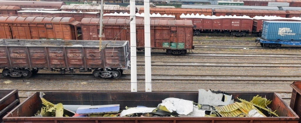 24.nov.2014 - Trem carrega destroços do voo MH17, da Malaysia Airlines, em Kharkiv. Especialistas holandeses completaram neste domingo (23) a recuperação dos destroços no local do acidente, no leste da Ucrânia, e os enviaram para uma cidade controlada pelo governo em rota para a Holanda