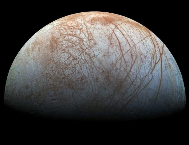24.nov.2014 - Uma versão colorida e mais detalhada de uma imagem da superfície da lua Europa, de Júpiter, foi divulgada Nasa (agência espacial norte-americana). A imagem original era composta por fotografias obtidas no fim da década de 1990, pela missão Galileo, e publicada em 2001, em baixa resolução. Ela foi reprocessada utilizando tecnologia moderna e, além de alta resolução, tem agora cores mais próximas ao que o olho humano seria capaz de ver