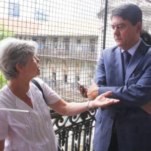 A ex-militante Maria Helena Guimarães Pereira conversa com o presidente da Comissão Estadual da Verdade, Wadih Damous