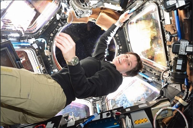 """25.nov.2014 - A astronauta italiana da ESA Samantha Cristoforetti foi fotografada pelo astronauta da Nasa (Agência Espacial Americana) na Estação Espacial Internacional (ISS, na sigla em inglês). A foto foi publicada no primeiro tweet de Samantha da estação. """"É surpreendente estar no espaço, melhor do que qualquer coisa que eu jamais imaginei. Vi meu primeiro nascer do sol daqui hoje"""", disse a astronauta"""
