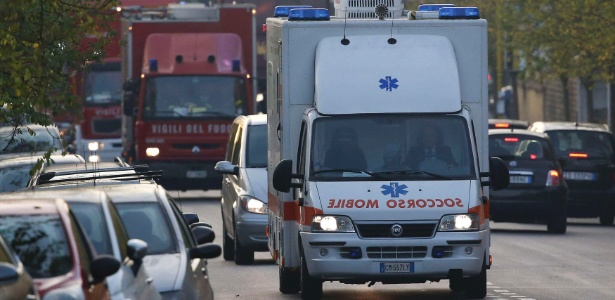 Ambulância leva médico italiano para hospital especializado em Roma - Alessandro Bianchi/Reuters