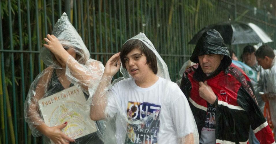 25.nov.2014 - Fãs enfrentam chuva na fila de acesso aos portões de entrada para o show de Paul McCartney, no Allianz Parque, na zona oeste de São Paulo. Segundo o CGE (Centro de Gerenciamento de Emergências), a chuva que atingiu a capital paulista deixou praticamente todas as regiões em estado de alerta