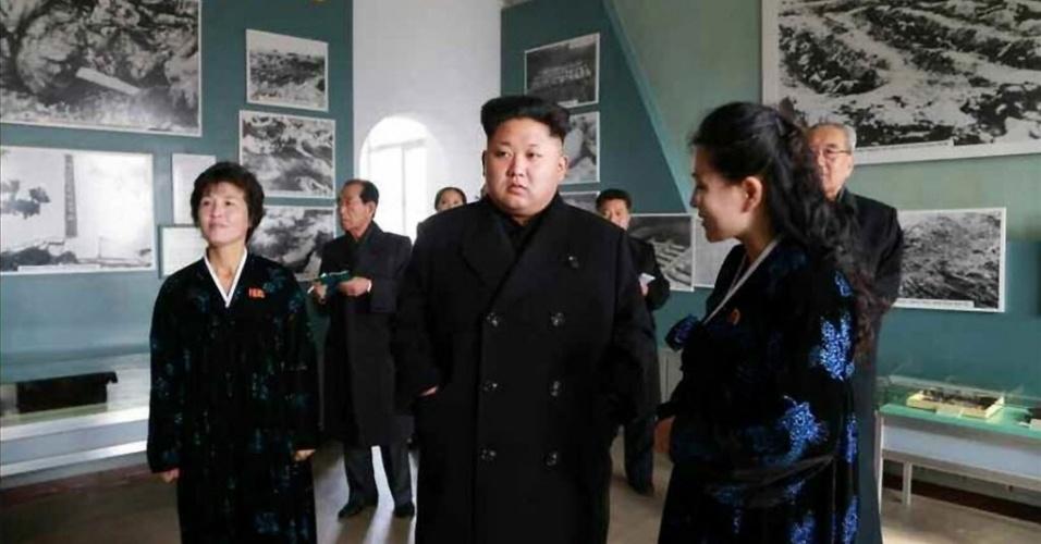 25.nov.2014 - Imagem cedida pela agência de notícias norte-coreana KCNA mostra o líder da Coreia do Norte, Kim Jong-un, durante uma visita a um museu militar em Sinchon. Durante a passagem, Kim afirmou que os americanos são
