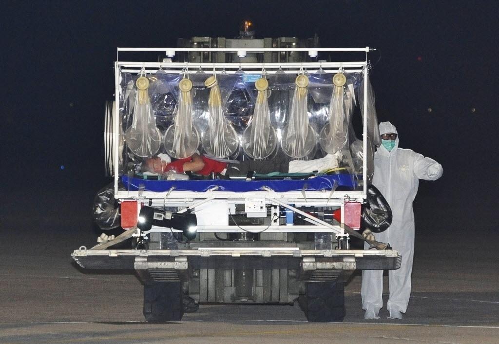 25.nov.2014 - Médico italiano, em uma maca especial, chega a aeroporto militar localizado perto do Roma para tratar do vírus ebola, contraído em Serra Leoa, na África. O médico foi internado no Instituto Nacional de Doenças Infecciosas Lazzaro Spallanzani, na capital italiana. É primeiro caso de ebola confirmado na Itália