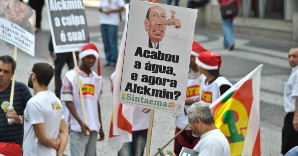 25.nov.2014 - Membros da CTB (Central dos Trabalhadores do Brasil) realizam um protesto contra a falta de água em São Paulo, na praça do Patriarca, centro da capital, na manhã desta terça-feira (25)