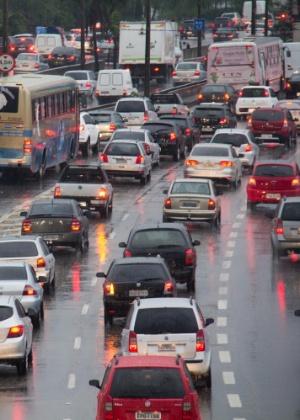 25.nov.2014 - Motoristas enfrentam trânsito na marginal Tietê, na altura da ponte do Piqueri, na zona norte da capital paulista