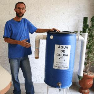 25.nov.2014 - O técnico agropecuário Edison Urbano desenvolveu um sistema para captar água de chuva, batizado de minicisterna - Bruno Landim Pedersoli/UOL
