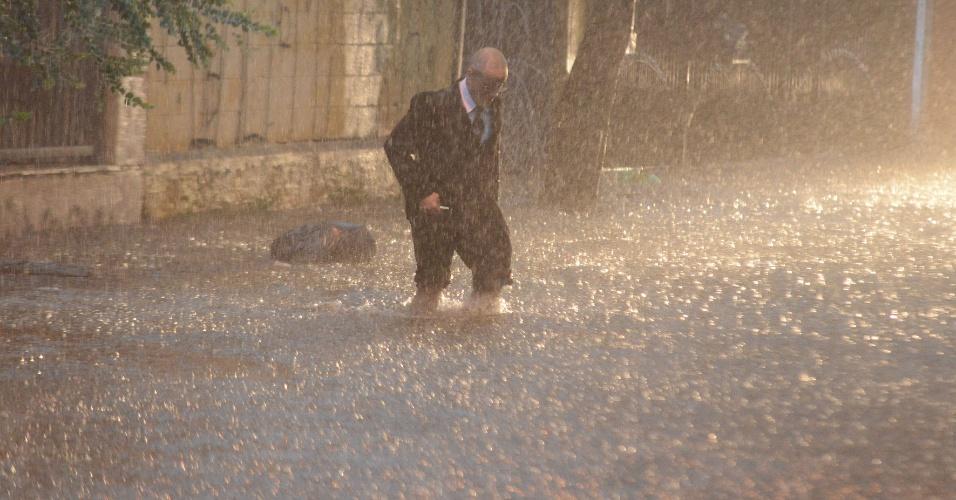 25.nov.2014 - Pedestre enfrenta chuva forte na rua Antônio Buscuola, no centro de Osasco, nesta terça-feira (25). Segundo o CGE (Centro de Gerenciamento de Emergências), a chuva que atingiu a capital paulista deixou praticamente todas as regiões em estado de alerta