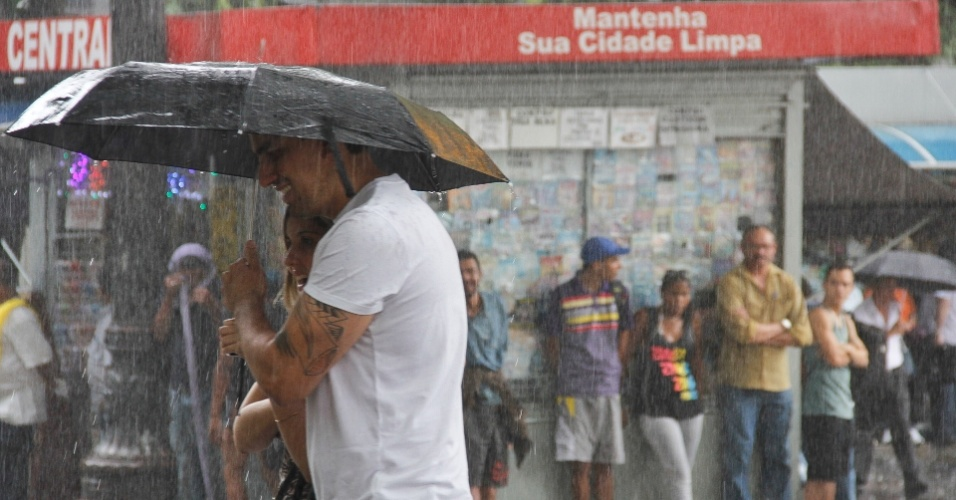 25.nov.2014 - Pedestres enfrentam chuva forte no centro de São Paulo, nesta terça-feira (25)