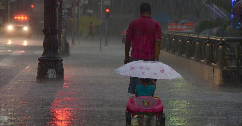 25.nov.2014 - Pedestres enfrentam chuva forte na passarela do viaduto do Chá, no centro de São Paulo. Segundo o CGE (Centro de Gerenciamento de Emergências), a chuva que atingiu a capital paulista deixou praticamente todas as regiões em estado de alerta