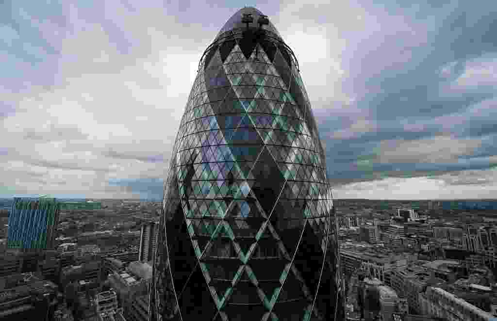 29.jul.2014 - Um dos edifícios mais icônicos de Londres, o Gherkin, está à venda. Os interessados na compra precisarão desembolsar, no mínimo, 650 milhões de libras esterlinas (R$ 2,4 bilhões) - Leon Neal/AFP