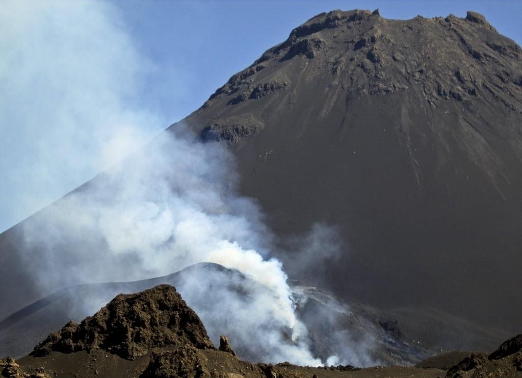 25.nov.2014 - Uma coluna de fumaça sobe do vulcão do Fogo, em Cabo Verde. As autoridades do arquipélago conselharam nesta segunda-feira o desvio de rotas aéreas nas zonas próximas à erupção que começou no domingo (25)