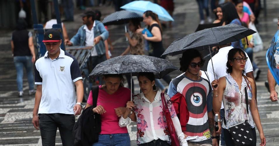 26.nov.2014 - Pedestres caminham sob chuva fraca na 15 de novembro, na região central de São Paulo (SP), nesta quarta-feira. Por volta das 16h, o CGE (Centro de Gerenciamento de Emergências) decretou estado de atenção para as zonas oeste, sul, sudeste de São Paulo, além da marginal Pinheiros, uma das principais vias da cidade, por causa da chuva forte que atingiu estas regiões