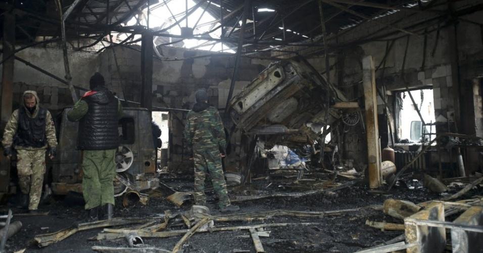 26.nov.2014 - Separatistas pró-Rússia revistaram nesta quarta-feira (26) os escombros de um prédio de uma oficina mecânica que foi destruída pelos recentes bombardeios no distrito de Kuibyshevski em Donetsk, na Ucrânia. Três civis foram mortos e oito ficaram feridos durante o bombardeio