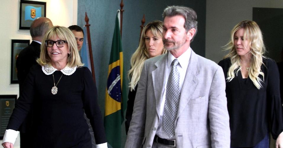 26.nov.2014 - A mulher de Leo Pinheiro, da OAS, com as filhas Rafaella Pinheiro Santos (esq.) e Manoella Pinheiro Guimarães (dir.) comparecem à sede da Polícia Federal em Curitiba (PR)