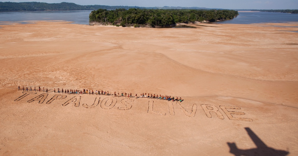 27.nov.2014 - Cerca de 60 índios mundurucus se uniram nesta quarta-feira (26) aos ativistas do Greenpeace para protestar contra a construção do Complexo Hidrelétrico do Tapajós, no Pará. A frase