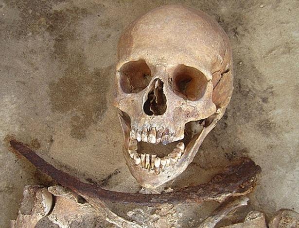 Escavações feitas pelos pesquisadores em túmulos no noroeste da Polônia indicam que as mortes dos seis ocupantes estariam relacionadas a suspeitas de quem fossem vampiros. Agora, os cientistas americanos dizem que morreram de cólera