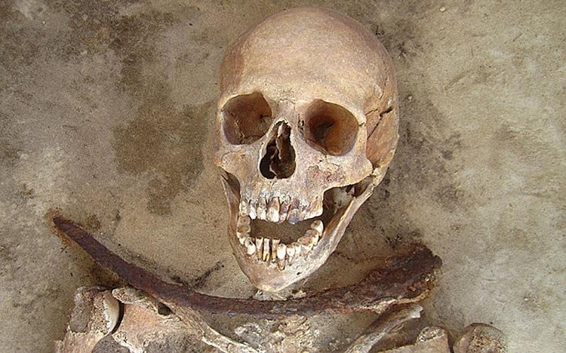 27.nov.2014 - Escavações feitas pelos pesquisadores em túmulos no noroeste da Polônia indicam que as mortes dos seis ocupantes estariam relacionadas a suspeitas de quem fossem vampiros