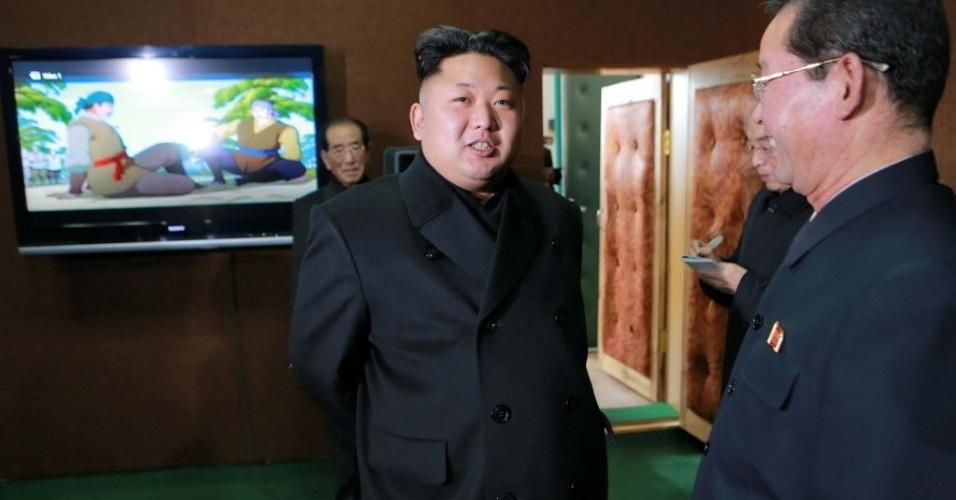 27.nov.2014 - Imagem divulgada pela Agência Central de Notícias da Coreia do Norte mostra o ditador Kim Jong-un dando orientações no estúdio de desenhos animados do país. Kim visitou todas as dependências da agência para aprender em detalhes sobre a produção de filmes de animação