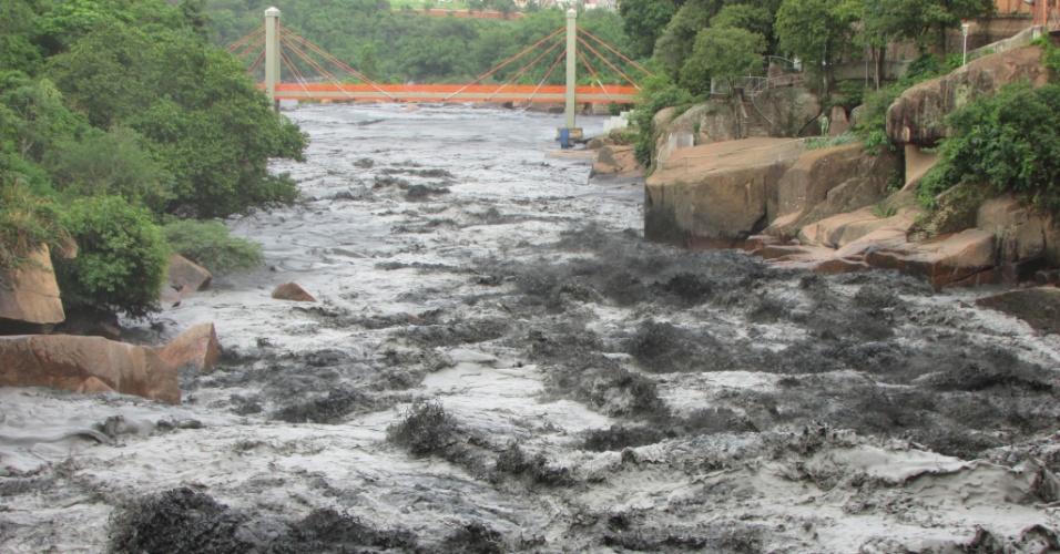 27.nov.2014 - Rio Tietê poluído na altura da cidade de Salto (SP)