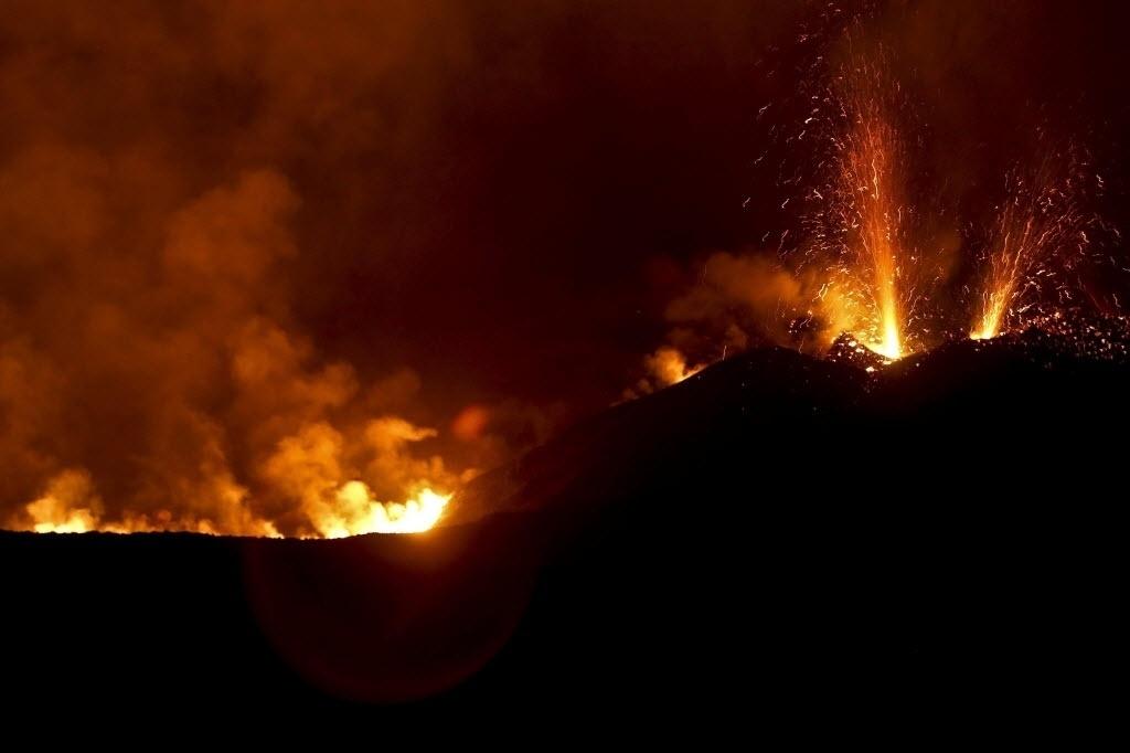 27.nov.2014 - Vulcão em Chã das Caldeiras, Cabo Verde, entrou em erupção na manhã de domingo (23) e continuou a expelir lava nesta quinta-feira (27). As cidades vizinhas ao vulcão foram evacuadas e o governo decretou situação de alerta