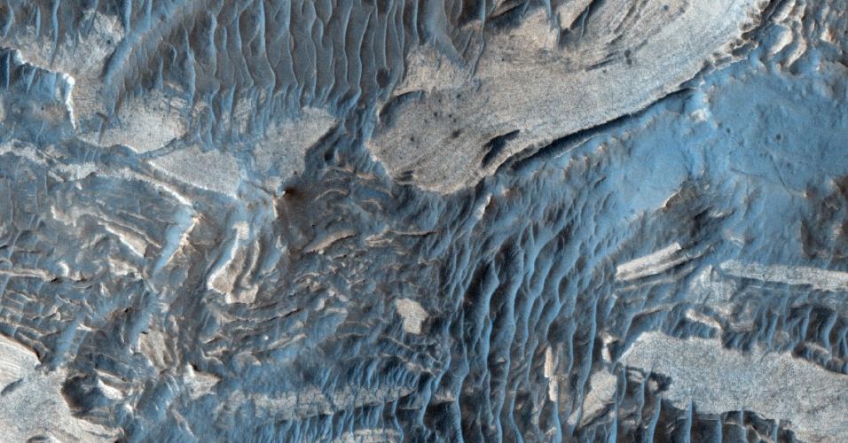 24.set.2011 - Imagem feita pela sonda Global Mars Surveyor mostra áreas mais claras e escuras na superfície de Marte. As áreas mais claras possuem um mineral chamado sulfato (ácido sulfúrico salgado) que na Terra forma-se tipicamente na presença de água