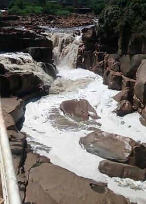 Após registrar água preta, o rio Tietê amanhece com água marrom e espuma na região de Salto - Divulgação